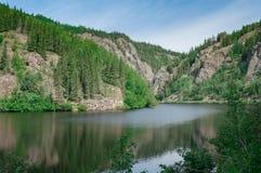 Lagoa e montanhas fotos de stock royalty free