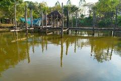 Lagoa e passagem com abrigo Foto de Stock