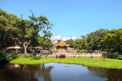 Lagoa e pavilhão fora do templo de Puji na ilha budista de Putuoshan, China imagens de stock royalty free