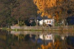 Lagoa e uma casa velha Imagens de Stock Royalty Free