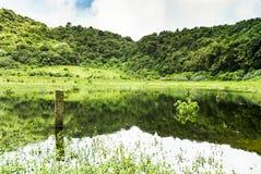 Lagoa em uma cratera Fotos de Stock