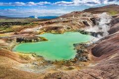 Lagoa em uma montanha vulcânica, Islândia de turquesa Fotos de Stock Royalty Free