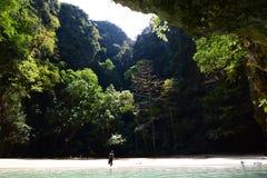 Lagoa esmeralda da caverna Mook do Koh tailândia imagens de stock
