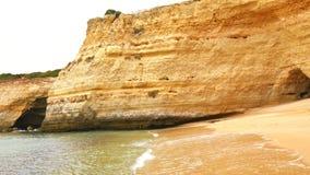 Lagoa holt, en kust en strandenmeningen, Algarve, Portugal uit (4K) stock videobeelden