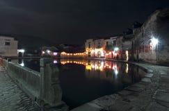 A lagoa na vila na noite fotografia de stock royalty free