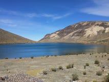 Lagoa nos Andes do Peru foto de stock
