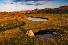 Lagoa pequena atrás do círculo polar Fotos de Stock Royalty Free