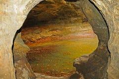 Lagoa pequena com uma abertura da caverna fotos de stock