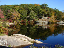Lagoa pequena no parque de estado de Harriman, NY imagem de stock royalty free