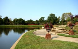 Lagoa por terra no arboreto do parque Fotos de Stock Royalty Free