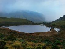 Lagoa preta na maneira à neve imagem de stock