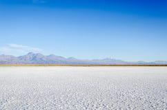 Lagoa salina com montanha San Pedro de Atacama fotografia de stock