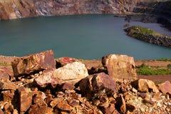 Lagoa sem-vida na mina opencast fotos de stock