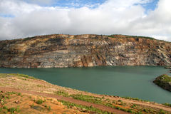 Lagoa sem-vida na mina opencast imagem de stock