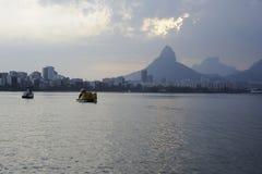 Lagoa sjön är den fritids- mitten för brasilianer och turister Arkivfoto