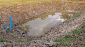 Lagoa sob a construção com solo secado fotografia de stock