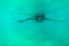 Lagoa subaquática do azul de turquesa da nadada da mulher Fotografia de Stock