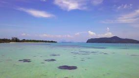 Lagoa tropical com água azul e o recife de corais claros em Tailândia F?rias e conceito do curso Silhueta do homem de neg?cio Cow filme