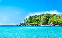 lagoa tropical com ilha Fotos de Stock Royalty Free