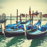 Lagoa Venetian com gôndola amarradas Fotografia de Stock Royalty Free