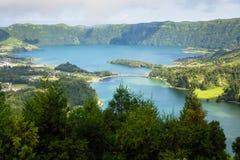 Lagoa Verde和Lagoa Azul, Sete Cidades火山的火山口的湖在圣米格尔火山海岛,亚速尔群岛上 免版税库存照片