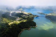 Lagoa Verde和Lagoa Azul, Sete Cidades火山的火山口的湖的顶视图在圣米格尔火山海岛上 免版税库存照片