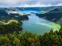 Lagoa Verde和Lagoa Azul - Sete Cidades火山的火山口的湖鸟瞰图在圣米格尔火山海岛,葡萄牙上 库存图片