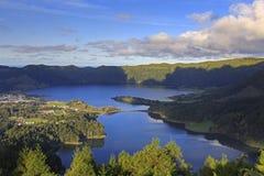 Lagoa Verde et Lagoa Azul sur San Miguel des Açores Photo stock