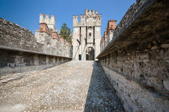 老城堡在lago的di加尔达城市西尔苗内 库存照片