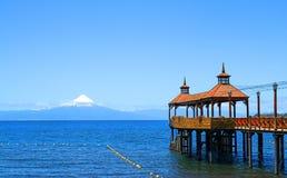 Lagomeer Llanquihue in Puerto Varas Snowcapped Osorno-Vulkaan op de achtergrond Chili, Zuid-Amerika stock foto