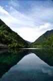 Lagos azules en las montañas en lunar del valle Jiuzhaigou Fotografía de archivo