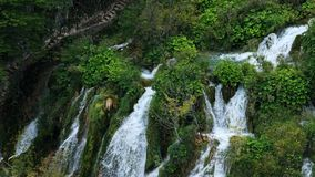 Lagos con la cascada en Croacia Ubicación: Plitvice, jezera de Plitvicka del parque nacional almacen de video