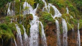 Lagos con la cascada en Croacia Ubicación: Plitvice, jezera de Plitvicka del parque nacional almacen de metraje de vídeo