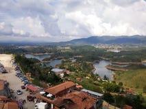 Lagos das reservas de água ou da represa de Guatape em Antioquia, Colômbia imagens de stock royalty free