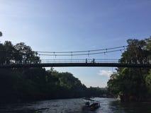 Lagos e rios bridge de suspensão do curso em Sai Yok National Park Kanchanaburi, Tailândia fotos de stock