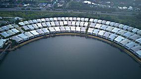 Lagos esmeralda Gold Coast housing estate estrecha de la porción que pasa por alto el centro comercial grande Imagenes de archivo