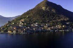 Lagos italianos, viaje, opinión escénica de la postal de las aguas a través del lago y cielo del día claro de la montaña fotografía de archivo libre de regalías