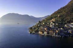 Lagos italianos, viaje, opinión escénica de la postal de las aguas a través del lago y cielo del día claro de la montaña fotos de archivo