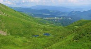 Lagos mountain no vale das montanhas Carpathian em um dia de verão brilhante fotografia de stock royalty free