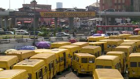 Lagos, Nigeria - 16 2016 Lipiec: Żółci taxi Lagos są ikonowi miasto zbiory wideo