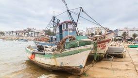 Lagos Portugalia, Kwiecień, -, 21, 2017: Obdrapane łodzie rybackie wewnątrz obrazy royalty free