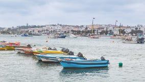 Lagos Portugalia, Kwiecień, -, 21, 2017: Obdrapane łodzie rybackie wewnątrz obrazy stock