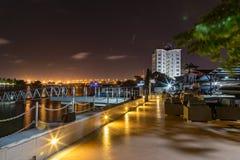 Lagos små viker på natten med den Victoria Island bron i avståndet royaltyfria foton
