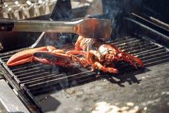 A lagosta grelhou o marisco assado em chamas do BBQ imagem de stock
