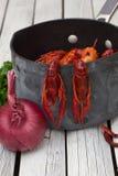 Lagostins cozinhados frescos com vegetais e especiarias Lagostins fervidos woden o fundo Estilo rústico fotos de stock royalty free