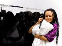 lagpälsminken försöker den vita kvinnan Fotografering för Bildbyråer