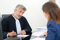 Lagpersonal med klienten Arkivbilder