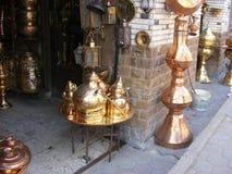 Lagra att sälja kopparlyktor i gammal Kairo för den khan el khalilien Arkivfoto