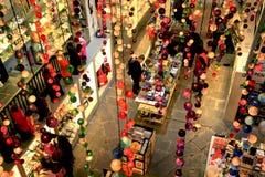 Lagra att sälja lampor i Barcelona Arkivbilder