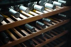 Lagra flaskor av vin i kyl Alkoholiserat kort i restaurang Kyla och bevara vin royaltyfri bild